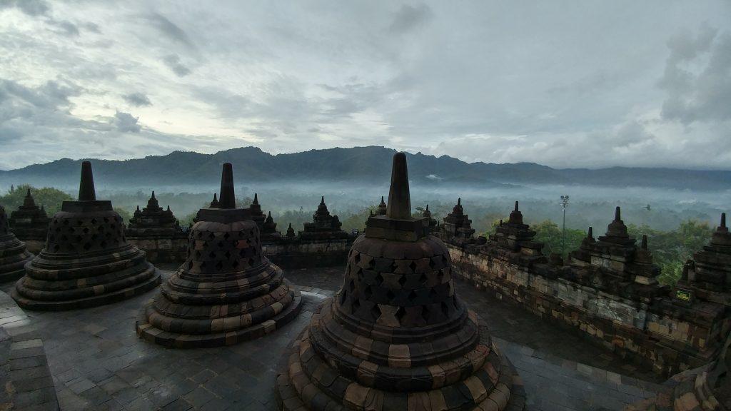 Pagi yang Berkabut di Borobudur - Oleh Herwin.